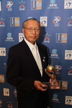 Koji Sakurai, President and CEO of the Tokyo Marathon with the AIMS Social Award