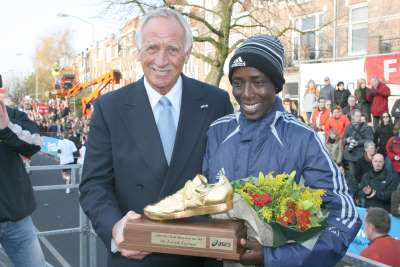 Lornah Kiplagatreceives the AIMS/ASICS World Athlete of the Year Award from AIMS representative Wim Verhoorn.