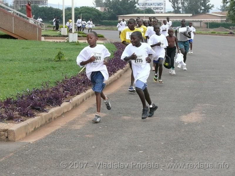 Young runners in the AIMS Children's Series 2007 at the Sahara Marathon, on 26 February.