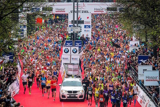 Start-by-haspa-marathon-hamburg-hochzwei