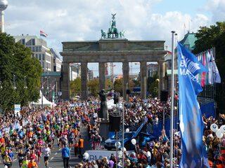 Berlin marathon 2015 ziel brandenburger tor fernsehturm milde p1230755 1024x768